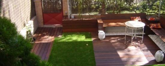 Grass artificial y plataformas de madera, una excelente combinación