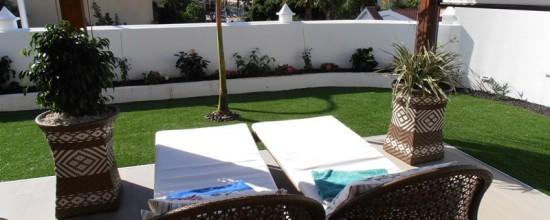 El grass sintético en jardines decorativos
