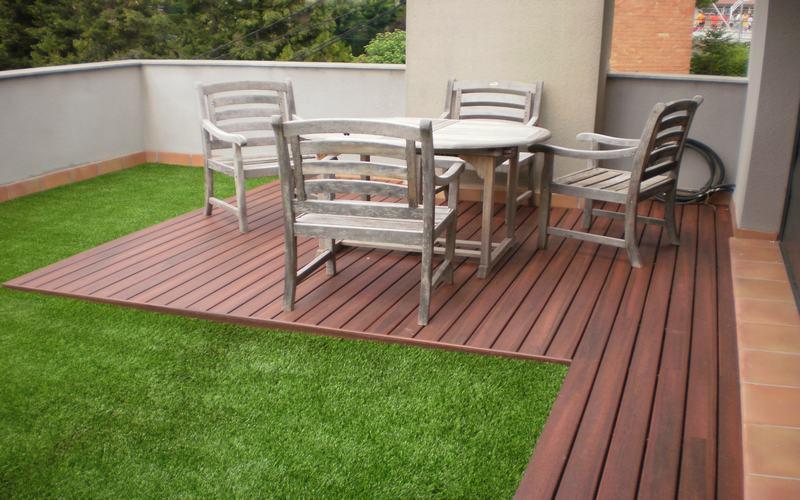 C mbiale la cara a tu patio con el c sped artificial - Jardines decorados con madera ...