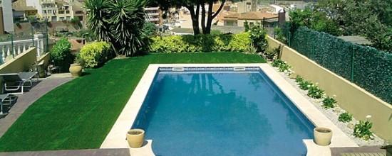 Césped artificial: evita los charcos alrededor de la piscina